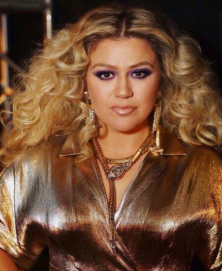 Durvul a válás: Kelly Clarkson a férje apját is beperelte