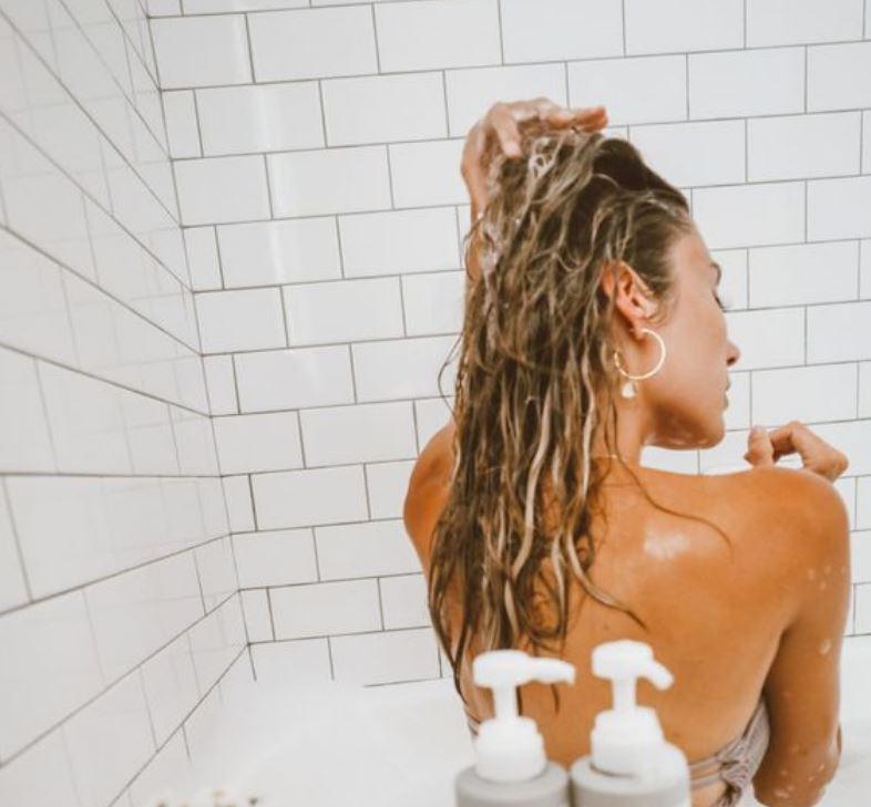 Próbáld ki! Szuperegyszerű trükk, amitől a hajad nem lesz olyan zsíros