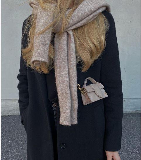 Brutálisan hangulatos téli trend: Kötelező a két pulóver viselése egyszerre