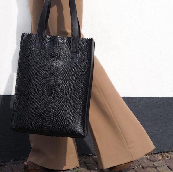 Mindenünk belefér, mégis elegáns: Papírzacskó táska a szezon legnagyobb újítása