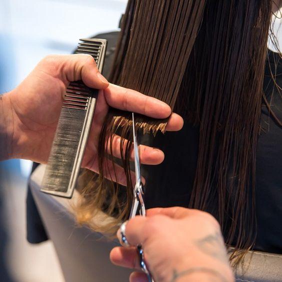 A szakemberek szerint ilyen gyakran kellene vágatnunk a hajunkból, hogy egészséges maradjon