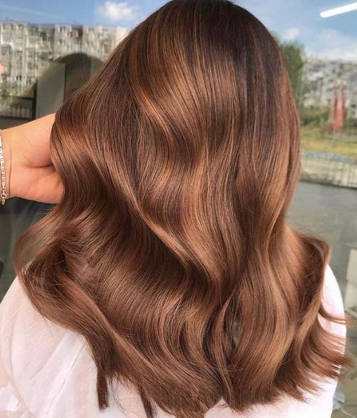 Pörkölt karamell a tökéletes hajszín 2021-re, ha barnára váltanál