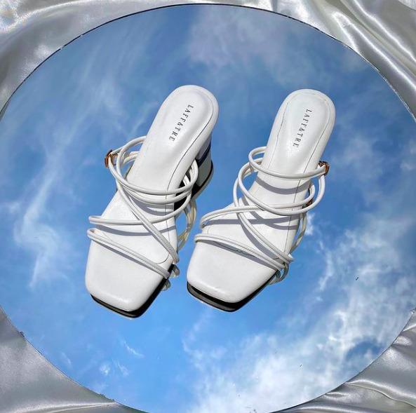 A fehér magassarkú a tavasz elsőszámú szexi cipője