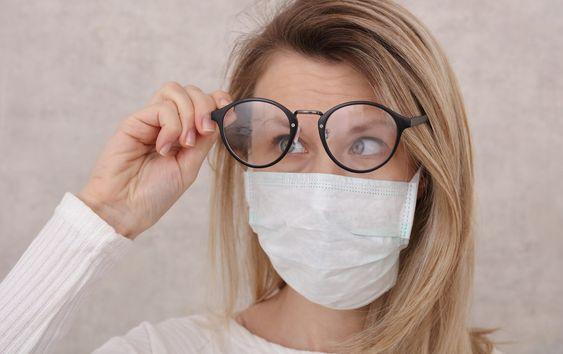 Bepárásodik a szemüveged a maszktól? Ezt próbáld ki