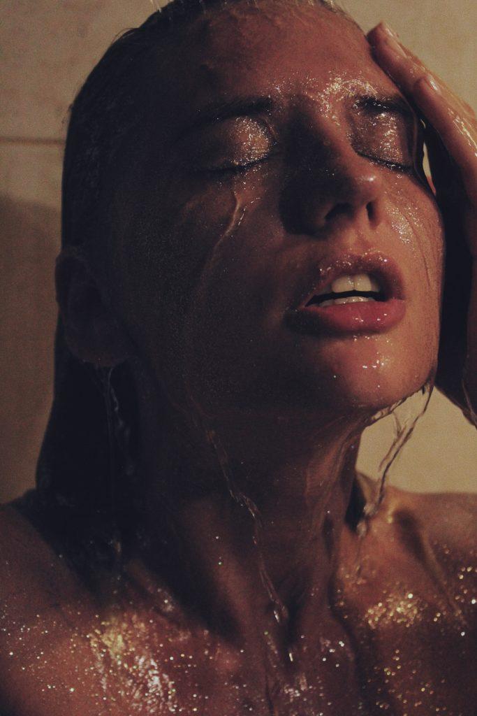 Arcmosás a zuhany alatt: Ajánlott, vagy tilos?