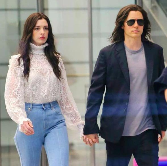 Kézen fogva New Yorkban: Mi történik Anna Hathaway és Jared Leto között?