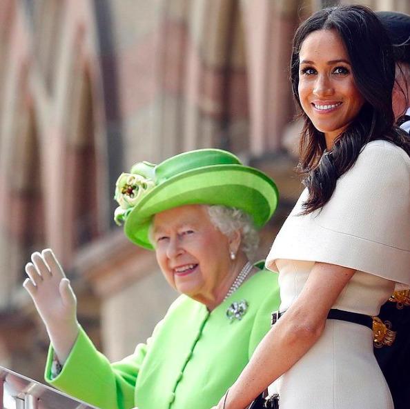Erzsébet királynő a ruhájával üzent Meghannak és Harrynek