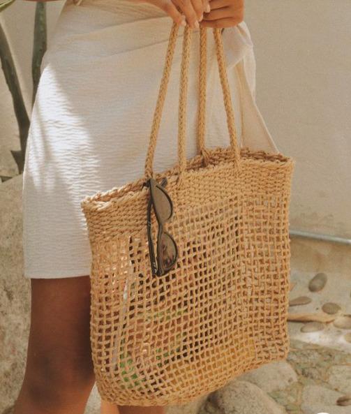 A raffia táskáktól a hálós kézitáskákig: 3 divatos darab, amit neked is birtokolnod kell