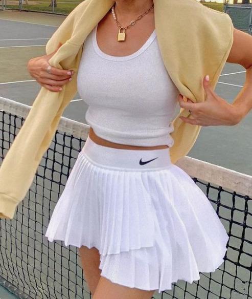 Ne csak sportoláshoz vedd fel: A tenisz egyenruha meghódítja az utcát