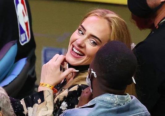 Lebukott! Adele ebbe a pasiba szerelmes – fotók