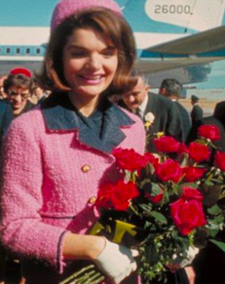 A lenyűgöző történet Jackie Kennedy rózsaszín kosztümje mögött