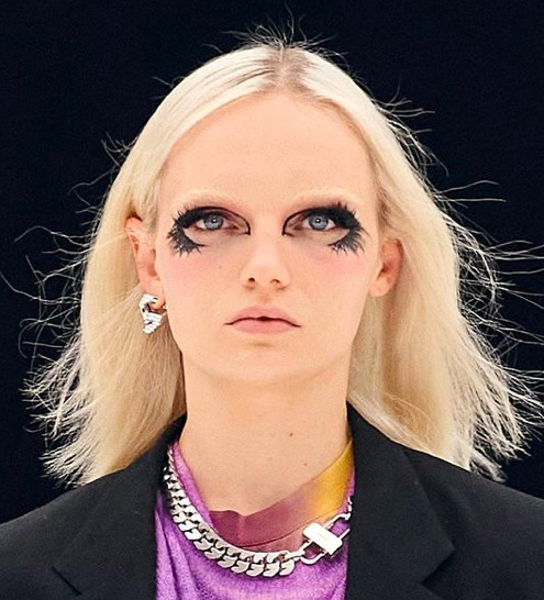 Ezt senki nem akarja követni: Para sminkekkel csinált divatbemutatót a Givenchy